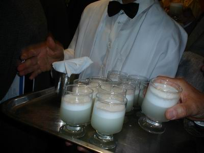 Tomando Pisco Sour en el Thursday de Lima